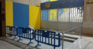 La entrada de fondo sur con tribuna fue vallada por precaución.