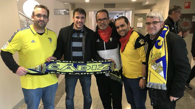 Álvaro Cervera junto a miembros de la peña cadista Txistorra Amarilla. Foto: Cádiz CF.