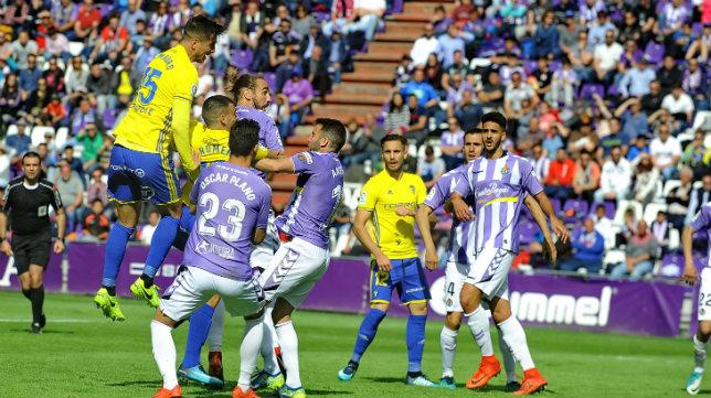 Marcos Mauro se eleva para rematar un balón.