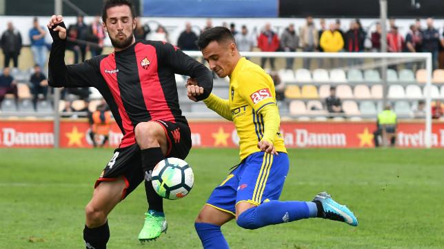 Alvarito en una jugada ante un rival del Reus
