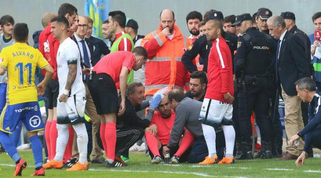 Momento del susto del asistente del partido entre Cádiz y Sporting