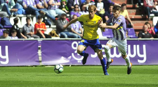 Alex Fernández pelea un balón ante un rival en Valladolid
