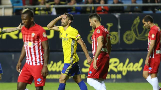 David Barral se lamenta de una ocasión fallada ante el Almería.