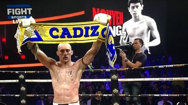 Carlos Coello, cadista de primera, no dudó en mostrar sus colores tras vencer en su combate.