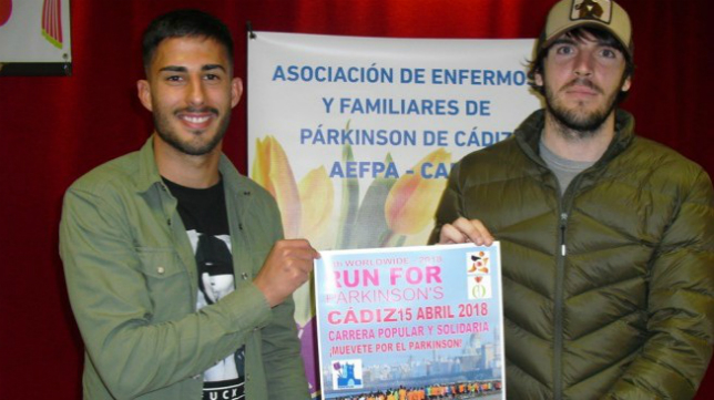 Nico y Eugeni aparecen con el cartel de la VI Run For Parkinson.