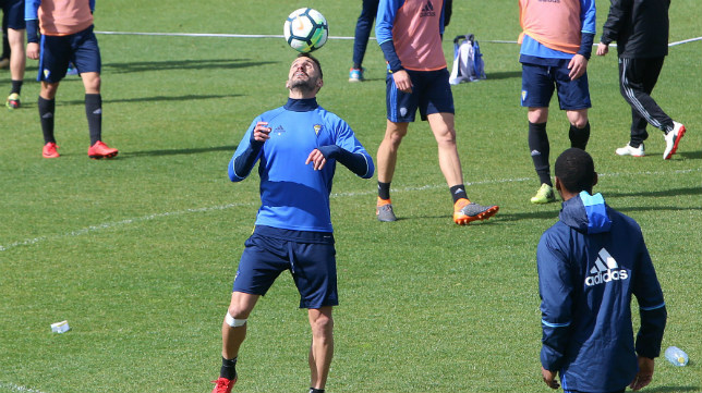 Servando se divierte mientras controla el balón con la cabeza durante un receso en un entrenamiento del equipo en El Rosal.