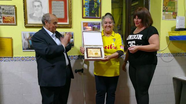 La 'Tata Pepa' recibe el reconocimiento de Cádiz Girls. Foto: Cádiz CF.