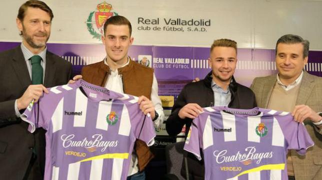 Toni Martínez (i) en su presentación como jugador del Valladolid junto a Ontiveros (d).
