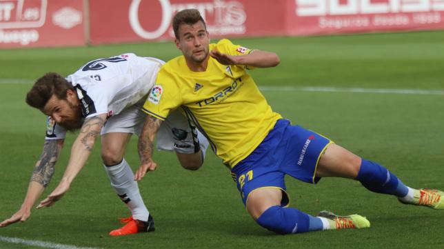 Carrillo lucha por un balón en el partido frente al Albacete.