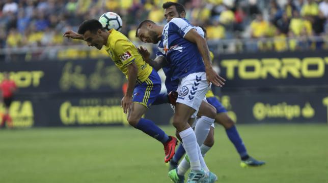 Álvaro García disputa un balón en el Cádiz CF-Tenerife.
