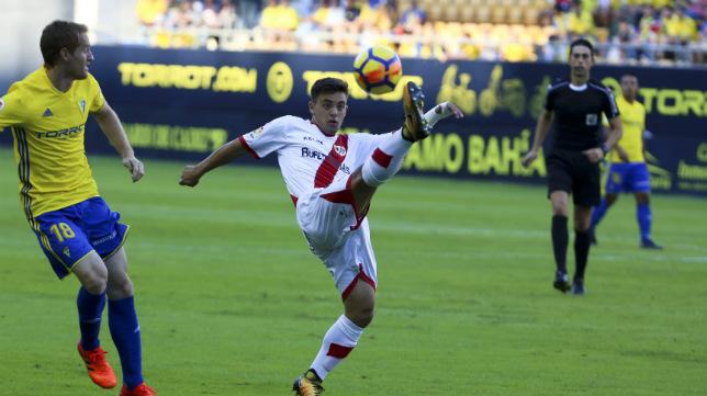 Vicandi Garrido sigue una jugada durante un Cádiz CF-Rayo Vallecano.