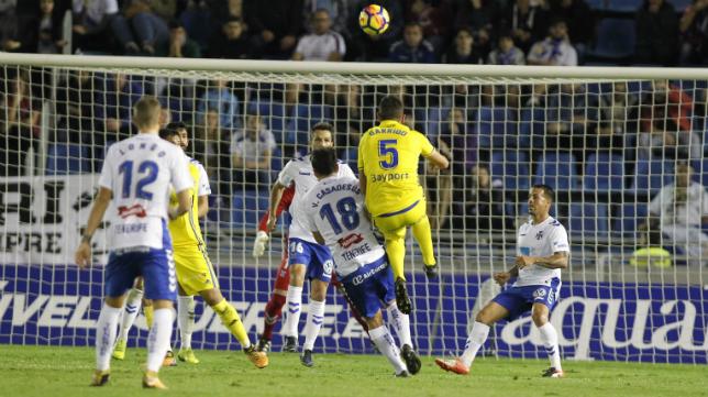 Víctor Casadesús no pudo impedir el remate de Garrido en la primera vuelta.