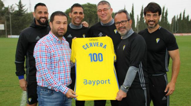 Álvaro Cervera, su cuerpo técnico y Juan Carlos Cordero posan con una camiseta conmemorativa de los cien partidos del entrenador