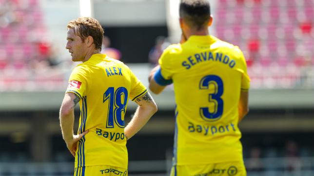 Servando y Álex, tras el segundo gol recibido en Barcelona.