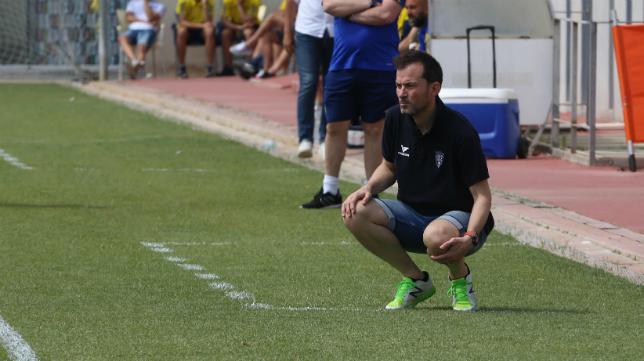Dani Aso, entrenador del CD Teruel, durante el encuentro de ida celebrado en El Rosal.