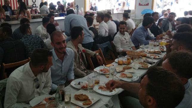 La plantilla del Cádiz CF ha almorzado en la caseta de Radio Jerez.