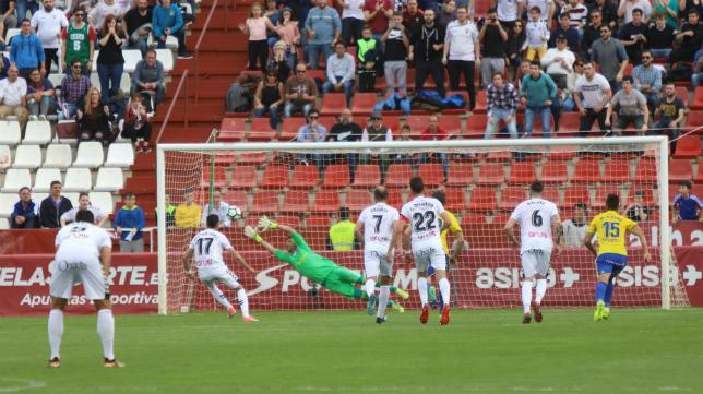 El Cádiz CF se complica su presencia en la zona de 'play off'.