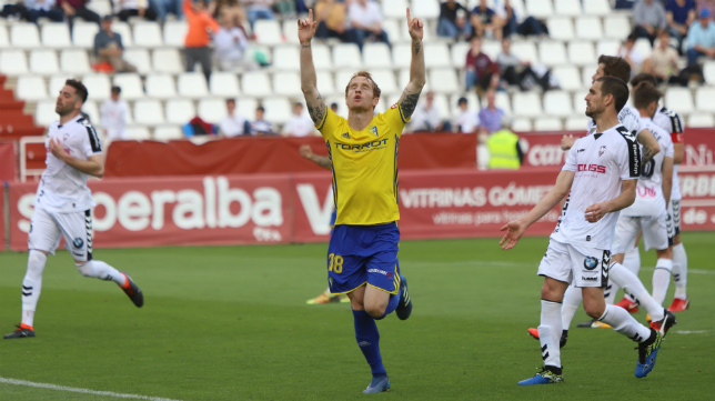 Alex celebra su gol en Albacete