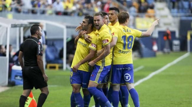 Los jugadores del Cádiz celebran el gol de David Barral.