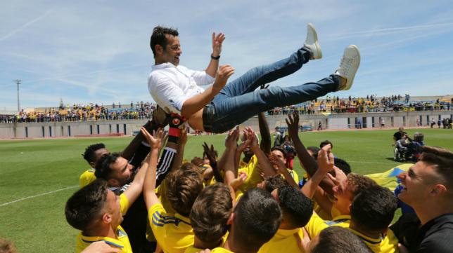 Mere, entrenador del Cádiz CF B, es manteado por sus jugadores.