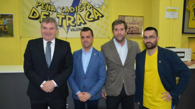 Manuel Vizcaíno y Jorge Cobo estuvieron presentes en la inauguración oficial de la peña cadista De Traca. Foto: Cádiz CF.