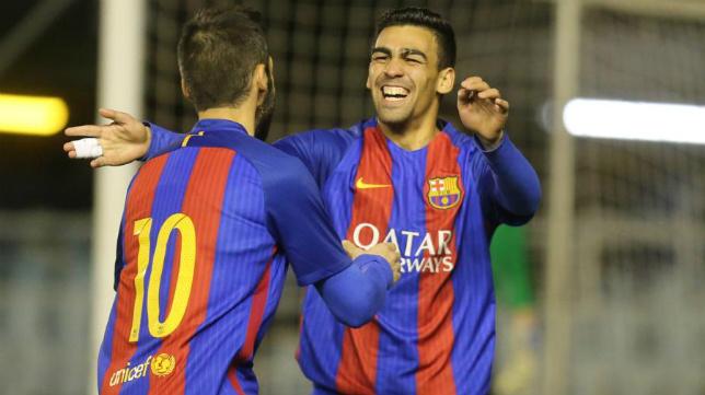 Perea, de espaldas, y Romera celebran un gol el año pasado con el Barça B.