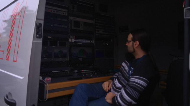 Un técnico de Mediapro hace pruebas antes del encuentro.