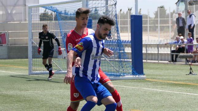 Adriá de Mesa protege el balón durante la cita de la SD Ejea ante el Rayo Vallecano B.