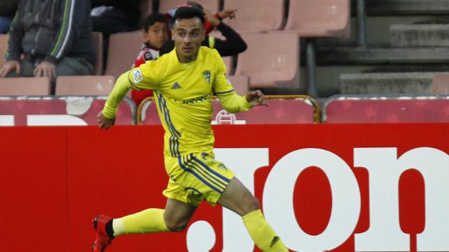 Álvaro en un partido con el Cádiz CF