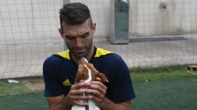 David Barral, en El Rosal juega con un perro.