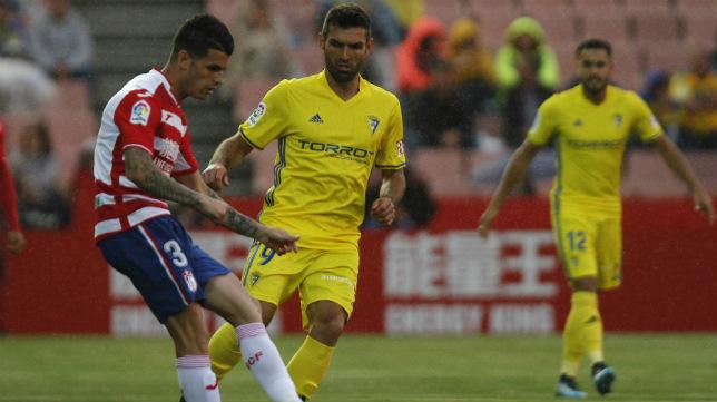 Barral acabó lesionado a la media hora de partido que jugó en Granada, su último con el Cádiz CF.