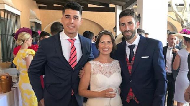 José Mari y su mujer, con Álex Lázaro.