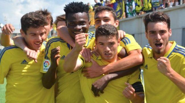 Los jugadores del Cádiz B celebran uno de los goles de Manu Vallejo (Foto: CCF)