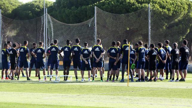 Álvaro Cervera charla antes de un entrenamiento de pretemporada con todos sus jugadores.
