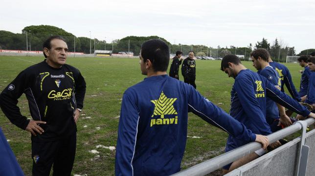 Ramón Blanco, en su primer entrenamiento de aquella aciaga temporada, con Jorge Amar y Paco Baena al fondo.