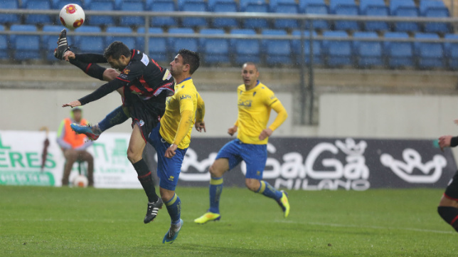 Kike Márquez y Ceballos, en un partido con el Cádiz CF 2013/14.