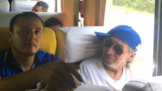 Mágico González, de camino al avión en autobús.