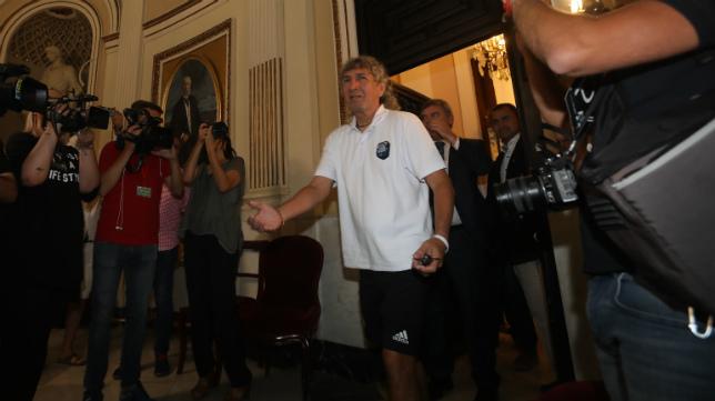 Mágico llegó una hora tarde a su recepción con el alcalde.
