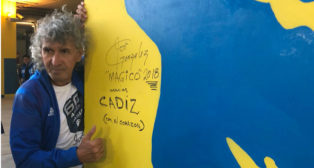 Mágico González deja su firma junto a su imagen en el Fondo Sur de Carranza.