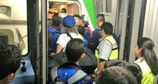 El 'Mago', con gorra azul, sube al autobús que le conduce al avión. /Twitter
