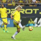 Mágico controla un balón durante el partido.