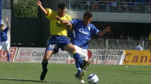 Roberto Suárez lucha por el Nike Total 90 Aerow en el partido del ascenso en Chapín.