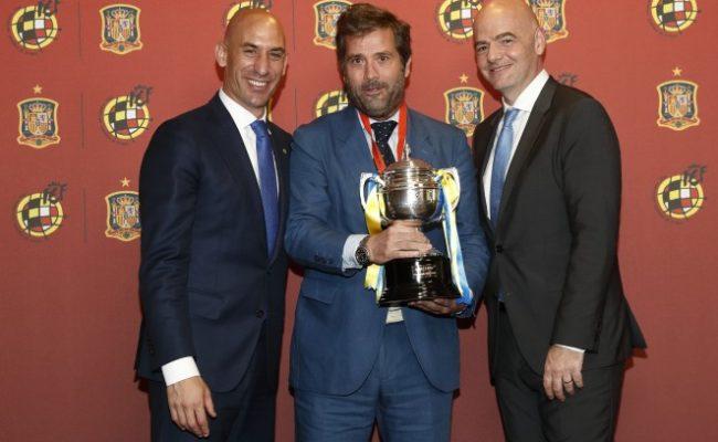 Luis Rubiales, Jorge Cobo y Gianni Infantino en la entrega del Trofeo