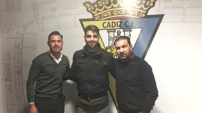 Vigueras, Jona y Cordero, tras el último fichaje del delantero con el Cádiz CF.