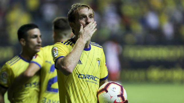 Álex Fernández tras marcar el gol ante la UD Almería en Carranza