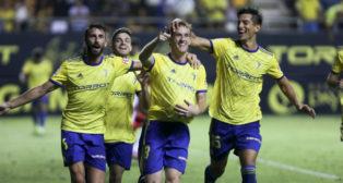 Álex Fernández celebra el gol ante el Almería en Carranza.