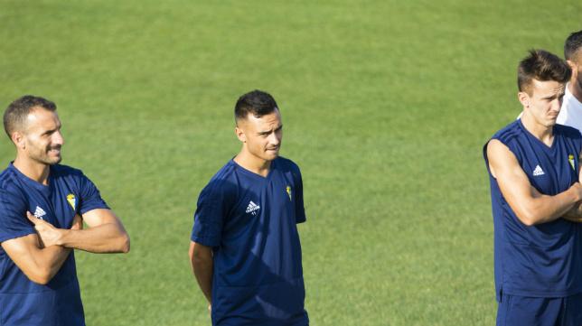 Álvaro García, en el centro, está siendo el centro de atención este verano.