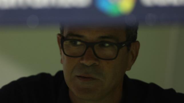 Álvaro Cervera en el banquillo en un encuentro del Cádiz CF