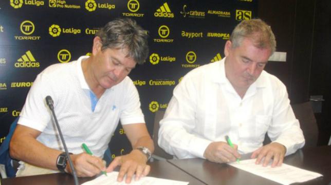 Manuel Botubot y Manuel Vizcaíno firman el acuerdo de colaboración.