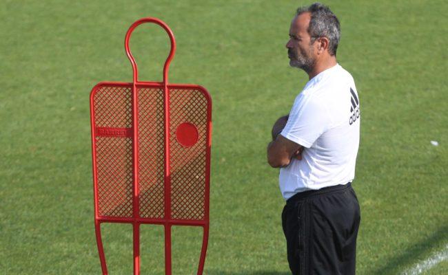 Álvaro Cervera en un entrenamiento del Cádiz CF en El Rosal.